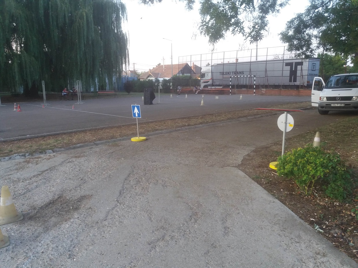 Kisújszállás (kerékpáros pálya az udvaron)